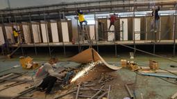 Pekerja menyelesaikan pembangunan rumah sakit lapangan dalam gedung kargo di Bandara Internasional Don Mueang, Bangkok, Thailand, Kamis (29/7/2021). Rumah sakit lapangan ini berkapasitas 1.800 tempat tidur. (AP Photo/Sakchai Lalit)