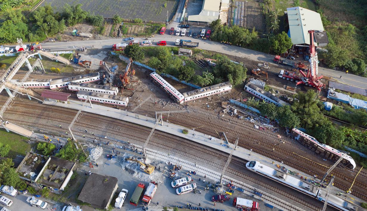 Pemandangan kereta api Puyuma Express yang tergelincir di daerah Yilan, Taiwan, Senin (22/10). Kereta penumpang tersebut dilaporkan tergelincir pada Minggu 21 Oktober 2018. (Daniel Shih/AFP)