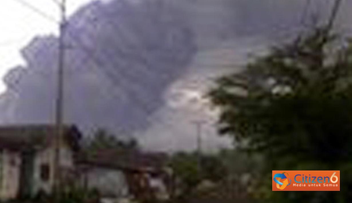 Citizen6, Minahasa Selatan: Gunung Soputan meletus pada Minggu (3/7) di Amurang, Kabupaten Minahasa Selatan, Sulawesi Utara. Debu dari letusan itu sempat mengganggu aktivitas warga, tapi tidak menyebabkan kerugian yang berarti. (Pengirim: Yulius Daniel Pa