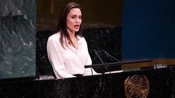 Aktris yang juga Utusan Khusus UNHCRAngelina Jolie berpidato pada  pertemuan tingkat Menteri Pemeliharaan Perdamaian PBB di Gedung PBB, New York, (29/3). Angelina Jolie juga mendorong perempuan dilibatkan dalam upaya mencapai perdamaian Afghanistan. (Timoti A. Clary / AFP)