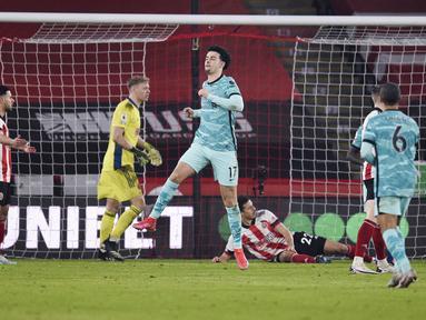 Pemain Liverpool, Curtis Jones, melakukan selebrasi usai mencetak gol ke gawang Sheffield United pada laga Liga Inggris di Stadion Bramall Lane, Minggu (28/2/2021). Liverpool menang dengan skor 2-0. (Oli Scarff, Pool via AP)