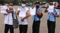 Sejumlah pekerja transportasi memperlihatkan kartu vaksinasi COVID-19 usai divaksin di Terminal Poris Plawad, Cipondoh, Kota Tangerang, Kamis (4/3/2021). Sebanyak 1.000 peserta pekerja transportasi mulai dari sopir angkot, bus, taksi dan ojek yang divaksinasi Covid-19. (Liputan6.com/Angga Yuniar)