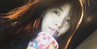 Walaupun sudah berumur 39 tahun, akan tetapi Ha Ji Won masih terlihat cantik dan awet muda. Tak heran jika wanita kelahiran 28 Juni 1978 ini mempunyai banyak penggemar. (Foto: instagram.com/hajiwon1023)