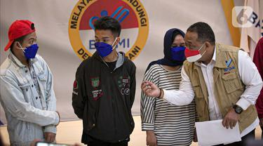 Kepala BP2MI Benny Rhamdani berbicara dengan Calon Pekerja Migran Indonesia (CPMI) di Gedung BP2MI, Jakarta, Senin (15/3/2021). BP2MI telah melakukan sidak ke PT Mafan Samudra Jaya di Bogor, Jawa Barat. (Liputan6.com/Faizal Fanani)