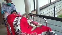 Nining Sunarsih (53), perempuan asal Kabupaten Sukabumi, ditemukan hidup setelah hilang terseret ombak Pantai Pelabuhan Ratu selama 1,5 tahun. (Liputan6.com/Mulvi Mohammad)