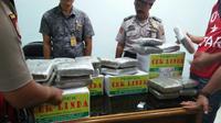 Paket ganja didalam kotak pempek Palembang disita petugas Avsec Terminal Cargo Bandara SMB II Palembang (dok.Humas Bandara SMB II Palembang / Nefri Inge)