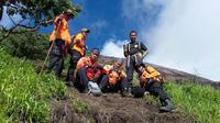 Tim SAR operasi mencari korban jatuh di jurang Gunung Slamet (Liputan6.com / Edhie Prayitno Ige)