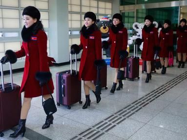 Tim pemandu sorak Korea Utara tiba kantor transit Korea di dekat Zona Demiliterisasi di Paju, Korea Selatan, (7/2). Rombongan tim sorak Korut ini akan tampil di Olimpiade Musim Dingin Pyeongchang 2018. (AP Photo/Ahn Young-joon. Pool)