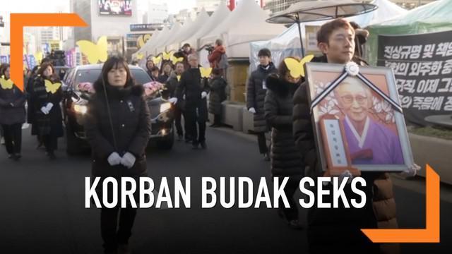 "Aksi unjuk rasa menuntut agar Jepang lebih sepenuhnya mengakui penderitaan yang disebut ""wanita penghibur,"" eufemisme yang diberikan kepada para wanita oleh Jepang dan dianut oleh sejumlah korban yang semakin berkurang selama istilah ""budak seks."""