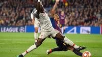 Duel antara Sadio Mane dan Arturo Vidal pada leg 1, babak semifinal Liga Champions yang berlangsung di Stadion Camp Nou, Barcelona, Kamis (2/5). Barcelona menang 3-0 atas Liverpool. (AFP/Josep Lago)