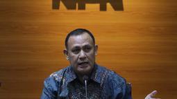 Ketua Komisi Pemberantasan Korupsi, Firli Bahuri saat mengumumkan hasil penilaian dalam rangka pengalihan status kepegawaian di Gedung KPK, Jakarta, Rabu (5/5/2021). Dari 1.351 pegawai KPK yang mengikuti tes wawasan kebangsaan, 75 orang tidak lulus. (Liputan6.com/Helmi Fithriansyah)