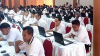 Suasana tes CPNS 2018 di Gedung SMK Negeri 2 Kota Malang, Jawa Timur. Pelaksaannya pada hari pertama, Jumat (26/10/2018) yang sempat molor (Liputan6.com/Zainul Arifin)