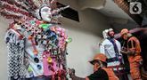Petugas PPSU menyelesaikan pembuatan ondel-ondel dari limbah plastik di Kantor Kelurahan Kemayoran, Jakarta, Senin (3/8/2020). Ide pembuatan ondel-ondel dari limbah plastik berawal dari Lurah Kemayoran Rahmat Fajar, Nono (37) bersama ketiga rekan PPSU lainnya. (merdeka.com/Iqbal S. Nugroho)