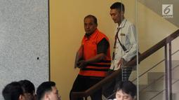Kepala Dinas Pendidikan Kabupaten Cianjur Cecep Sobandi (kiri) usai menjalani pemeriksaan di Gedung KPK, Jakarta, Selasa (2/4). Cecep Sobandi diperiksa sebagai tersangka terkait dugaan gratifikasi atau suap Dana Alokasi Khusus (DAK) Pendidikan Kabupaten Cianjur TA 2018. (merdeka.com/Dwi Narwoko)