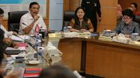 Menko Polhukam Luhut Pandjaitan (kiri) didampingi Menko PMK Puan Maharahani memimpin rapat koordinasi tingkat menteri di Kantor Kemenko Polhukam, Jakarta, Selasa (3/11). Rapat tersebut terkait evaluasi penanganan kabut asap. (Liputan6.com/Faizal Fanani)