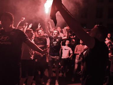 Suporter Lyon membakar suar setelah tim mereka kalah atas Bayern Munchen pada babak Semifinal Liga Champions di Lyon, Prancis (19/8/2020). Lyon takluk 0-3 atas Munchen di stadion Jose Alvalade di Lisbon, Portugal. (AFP Photo/Filippe Desmazes)