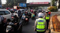 Polisi mengatur lalu lintas saat pemberlakuan perluasan sistem ganjil genap di kawasan Jalan Fatmawati Raya, Jakarta, Senin (9/9/2019). Perluasan sistem ganjil genap diberlakukan setelah sebelumnya dilakukan uji coba. (Liputan6.com/Faizal Fanani)