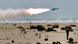 Rudal ditembakkan dari truk ke laut saat latihan militer Iran di sepanjang Teluk Oman, Kamis (18/6/2020). Uji coba ini dilakukan saat Amerika Serikat berupaya memperpanjang embargo senjata yang diberlakukan PBB terhadap Iran. (Iranian Army office/AFP)