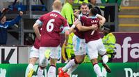 Para pemain Burnley merayakan gol ke gawang Liverpool pada laga Premier League di Turf Moor, Burnley, Sabtu (20/8/2016). (AFP/Jon Super)