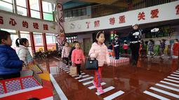 Petugas saat mengajarkan  pelatihan tentang undang-undang dan peraturan berlalu lintas di taman kanak-kanak di Handan, provinsi Hebei, China (29/11). (AFP Photo/China Out)