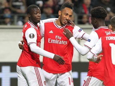 Para pemain Arsenal merayakan gol yang dicetak Pierre-Emerick Aubameyang ke gawang Eintracht Frankfurt pada laga Europa League di Frankfurt, Kamis (19/9). Frankfurt kalah 0-3 dari Arsenal. (AFP/Daniel Roland)