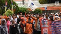 Karyawan PT Pos Indonesia berunjuk rasa di depan Gedung Direksi PT Pos Indonesia, Jakarta, Senin (25/6). Para pengunjuk rasa tergabung dalam Serikat Pekerja PT Pos Indonesia. (Liputan6.com/Arya Manggala)