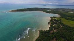 Pemandangan pantai Tanjung Lesung setelah tsunami menerjang daratan, Senin (24/24). Sebanyak 20 hotel rusak ringan dan berat akibat tsunami Tanjung Lesung. (AP Photo/Achmad Ibrahim)