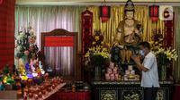 Seorang pria berdoa disela persiapan menyambut perayaan Waisak di Wihara Ekayana Arama, Jakarta Barat, Selasa (25/5/2021). Wihara ini melakukan persiapan untuk menyambut rangkaian Hari Raya Waisak 2565 BE pada 26 Mei 2021 yang akan berlangsung secara virtual esok hari. (Liputan6.com/Johan Tallo)