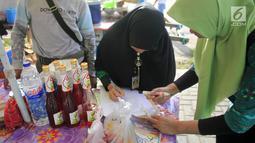 Petugas BPOM Gorontalo mendata makanan berbuka puasa atau takjil saat melakukan inspeksi di sejumlah tempat di Kabupaten Gorontalo, Selasa (14/5/2019). BPOM Gorontalo mendapati ada tiga produk mi basah dan satu kerupuk mengandung boraks. (Liputan6.com/Arfandi Ibrahim)