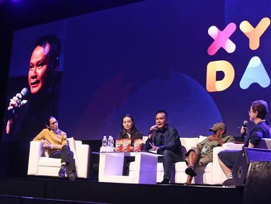Produser film Dilan 1990 Ody Mulya (tengah) memberi materi saat diskusi panel dalam acara XYZ Day 2018 di The Hall, Senayan City, Jakarta, Rabu (25/4). Diskusi panel ini membahas topik Unboxing The Box Office. (Liputan6.com/Herman Zakharia)