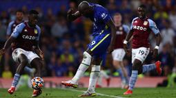 Torehan bracenya di laga ini pada menit ke-15 dan 90+3, membuat Lukaku terus pamer ketajaman sejak comeback ke Chelsea. (Foto: AFP/Adrian Dennis)