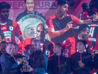 Persipura Jayapura sebagai juara TSC 2016 mendapatkan hadiah uang sebesar tiga miliar rupiah pada Awarding Night TSC 2016 di Hotel Aryaduta Bandung, Jawa Barat, Minggu (8/1/2017). (Bola.com/Vitalis Yogi Trisna)