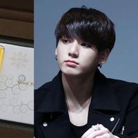 Jungkook BTS pernah mendapatkan hadiah berupa emas 50 gram. Tentu ini bukan hadiah yang murah. (Foto: koreaboo.com)