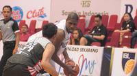 Pemain NSH Jakarta, Anthony Simpsons (kanan), dibayangi pemain Stapac, Muhammad Irman, pada laga lanjutan IBL 2018-2019 di GOR Sritex Arena, Jumat (11/1/2019). (Bola.com/Vincentius Atmaja)