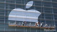 Para pekerja tengah memasang logo Apple di Moscone West pada 3 Juni (Foto: Mashable)