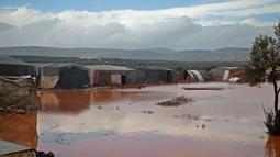 Pemandangan banjir yang menggenangi lokasi pengungsian di Kamp Cordoba, Batabu, Idlib, Suriah, Rabu (16/1). Banjir menggenangi tenda-tenda pengungsian mereka. (Aaref Watad/AFP)