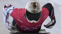 Barrett Martineau dari Kanada mengikuti sesi latihan balap kereta salju pada Olimpiade Musim Dingin Pyeongchang 2018 di Olympic Sliding Center di Pyeongchang, Korsel (21/2).  Barrett memakai helm dengan design Serigala. (AFP Photo/Mohd Rasfan)