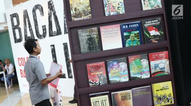 Pengunjung melihat-lihat pameran Bacaan Liar pada pameran Jakarta International Literary Festival (JILF) 2019 di Taman Ismail Marzuki, Kamis (22/8/2019). JILF 2019 menampilkan beberapa naskah yang masuk kategori bacaan liar karya penulis dari kaum pergerakan nasional. (Liputan6.com/Helmi Fithriansya
