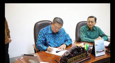 Presiden SBY menandatangani dua Perppu menolak Pilkada tidak langsung, di Kantor Presiden, (2/10/14). (twitter.com/SBYudhoyono)
