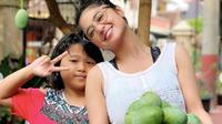 Dewi Perssik panjat pohon mangga (Instagram)