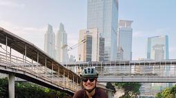 Perempuan berusia 28 tahun ini kerap meluangkan waktu di pagi hari untuk bersepeda di jalanan Jakarta. Keseruan bersepeda dari Pevita Pearce ini diabadikannya di Instagram. Banyak netizen terpukau dengan gaya Pevita saat bersepeda. (Liputan6.com/IG/@pevpearce)