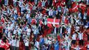 Pendukung Denmark maupun pendukung Finlandia tak kalah penting peranannya dalam momen kolapsnya Eriksen ini. Mereka ramai-ramai meneriakkan nama Christian Eriksen secara bersahutan untuk memberikan dukungan semangat kesembuhannya. (Foto: AFP/Pool/Wolfgang Rattay)