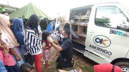 Di posko tersebut PT Asuransi Kredit Indonesia atau Askrindo menghadirkan Mobil Pintar (MoPi) menghibur anak-anak korban banjir dan memberikan bantuan sembako, makanan bergizi, serta buku cerita dan buku gambar. di dua lokasi berbeda di Karawang. (Liputan6.com/Pool/Askrindo)