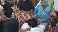 Ibu korban menangis di atas jenazah Nurmiati, emak-emak yang tewas usai berkelahi. Foto: (Fauzan/Liputan6.com)