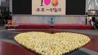 Ia membawa 999 jeruk bali yang dibentuk seperti simbol cinta.