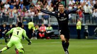Penyerang Real Madrid, Cristiano Ronaldo, saat merayakan gol ke gawang Malaga, dalam pertandingan pekan terakhir La Liga, di Stadion La Rosaledal, Minggu atau Senin (22/5/2017). (AFP/Jose Jordan).