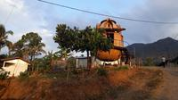Asdep Pengembangan Destinasi Wisata Regonal III Kementerian Pariwisata Harwan Ekon Cahyo bersama dengan Kepala Dinas Pariwisata Provinsi NTB H. Lalu Moh. Faosal secara resmi meluncurkan homepod di Desa Kuta Mandalika.