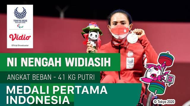 Berita video momen Ni Nengah Widiasih mempersembahkan medali pertama untuk Indonesia di Paralimpiade Tokyo 2020 di cabang olahraga powerlifiting, Kamis (26/8/2021).
