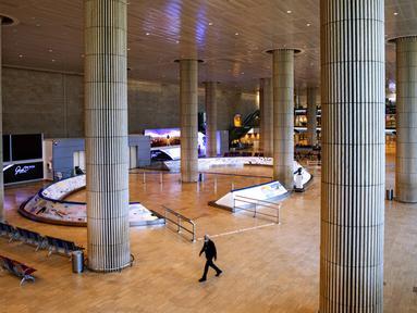 Suasana Bandara Ben Gurion di Lod, Israel, Selasa (26/1/2021). Bandara Ben Gurion terpantau kosong setelah pemerintah menyetujui penutupan semua lalu lintas udara masuk dan keluar selama seminggu dalam upaya untuk menghentikan penyebaran virus corona COVID-19. (AP Photo/Oded Balilty)