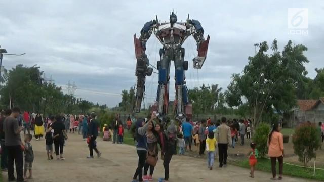 Sebuah robot setinggi tujuh belas meter koma lima menjadi hiburan warga di kampung Dukuh Pinang, Kecamatan Kelapa Dua, Tangerang, Banten.  Menurut pembuatnya robot tersebut tertinggi dari 2 robot yang ada di negara China.(sab)